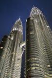 Torres de Petronas no crepúsculo Fotografia de Stock
