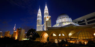 Torres de Petronas y horizonte de Kuala Lumpur Fotografía de archivo