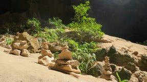 Torres de piedra religiosas en una cueva, parque nacional Imagen de archivo libre de regalías