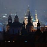 Torres de Praga en la noche Imagen de archivo libre de regalías