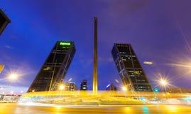 Torres de Puerta de Europa e obelisco de Caja Madrid Imagens de Stock