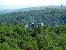 Torres de rádio na parte superior da montanha Imagem de Stock