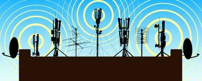 Torres de radio en el tejado de la casa Antena en la casa Radiante del repetidor fotos de archivo
