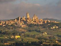 Torres de San Gimignano en el paisaje de Toscana, Italia Fotografía de archivo