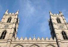 Torres de sino crucifix e céu da igreja imagens de stock