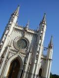 Torres de una capilla gótica en la ciudad del peterhof Imagen de archivo libre de regalías