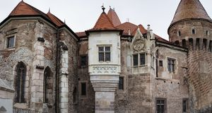 Torres del castillo de Corvin en Rumania Fotografía de archivo