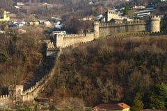 Torres del castillo y de la pared de Bellinzona Fotografía de archivo
