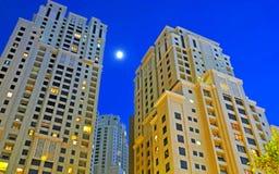 Torres del Highrise en la noche imagen de archivo libre de regalías