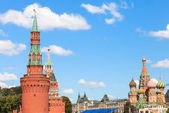 Torres del Kremlin, St Basil Cathedral en Moscú Imágenes de archivo libres de regalías