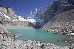 Torres del Paine berg och sjö. Arkivfoto