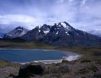 Torres del Paine e lago verde no Patagonia Imagens de Stock