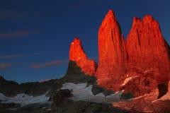 Torres del paine en la salida del sol Imagenes de archivo