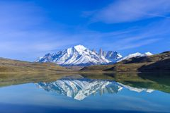 Torres del Paine som reflekterar i vatten royaltyfria bilder