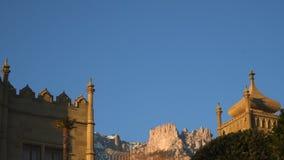 Torres del palacio de Vorontsov contra el contexto de la montaña de ai-petri en la puesta del sol almacen de video