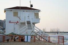 Torres del salvavidas en el mar imagenes de archivo
