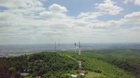 Torres del transmisor en una colina