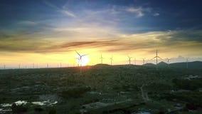 Torres distantes de la turbina de viento en horizonte y los lagos de la puesta del sol almacen de metraje de vídeo