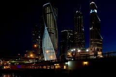Torres do centro de negócios da cidade de Moscou na noite Imagem de Stock