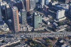 Torres do centro novas de Los Angeles ao longo da autoestrada do porto 110 Fotos de Stock