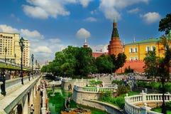 Torres do Kremlin de Alexander Garden e de Moscou Imagens de Stock