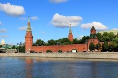 Torres do Kremlin de Moscou em junho na manhã fotografia de stock royalty free