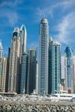Torres do porto de Dubai com os iate no primeiro plano fotos de stock