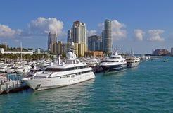 Torres do porto de Miami Beach e do condomínio do luxo Imagem de Stock Royalty Free