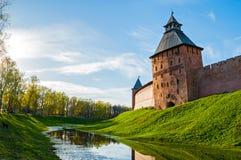 Torres do salvador e do príncipe do Kremlin de Veliky Novgorod na noite do verão em Veliky Novgorod, Rússia imagens de stock royalty free
