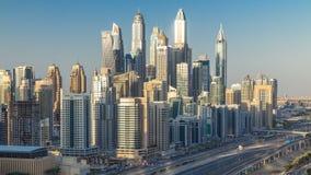 Torres durante timelapse aéreo de la puesta del sol, United Arab Emirates del puerto deportivo de Dubai almacen de metraje de vídeo
