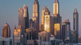 Torres durante timelapse aéreo de la puesta del sol, United Arab Emirates del puerto deportivo de Dubai metrajes