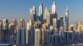 Torres durante timelapse aéreo de la puesta del sol, United Arab Emirates del puerto deportivo de Dubai almacen de video