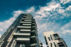 Torres e arranha-céus e céu modernos Imagem de Stock