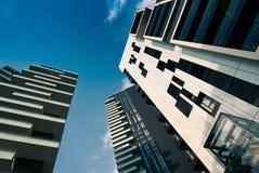 Torres e arranha-céus e céu modernos Imagens de Stock