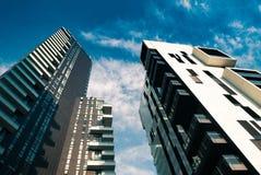 Torres e arranha-céus e céu modernos Foto de Stock