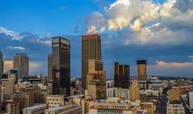 Torres e construções da elevação da skyline e do hisgh da cidade de Joanesburgo imagens de stock
