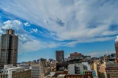 Torres e construções da elevação da skyline e do hisgh da cidade de Joanesburgo imagem de stock