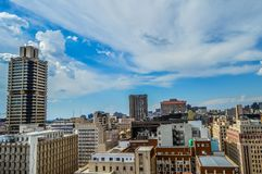 Torres e construções da elevação da skyline e do hisgh da cidade de Joanesburgo fotos de stock