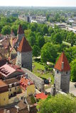 Torres e parede defensivas na cidade velha de Tallinn Fotos de Stock