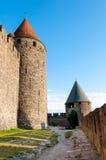 Torres e trajeto em paredes do extrenal da cidade medieval de Carcassonne Fotos de Stock Royalty Free