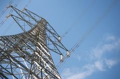 Torres eléctricas con los cables de tensión foto de archivo