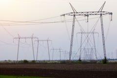 Torres eléctricas de la transmisión en perspectiva Imagen de archivo libre de regalías