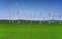 Torres eléctricas en un fondo del cielo azul imagenes de archivo
