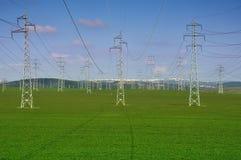 Torres eléctricas en un fondo del cielo azul foto de archivo libre de regalías