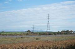 Torres eléctricas sobre el río Wyre, Lancashire foto de archivo