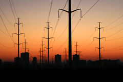 Torres eléctricas en la puesta del sol. Fotografía de archivo