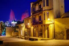 Torres en la noche, Azerbaijan de Baku Old Town y de la llama Fotos de archivo libres de regalías