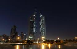 Torres en la noche, Dubai de los emiratos foto de archivo libre de regalías