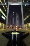 Torres en la noche, Dubai de los emiratos Imagenes de archivo