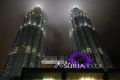 Torres en la noche, Kuala Lumpur de Petronas Imagenes de archivo
